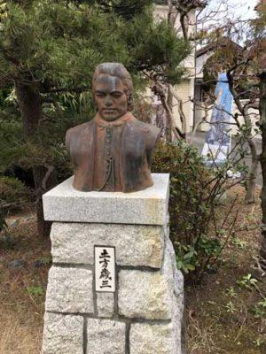 土方歳三の銅像。土方歳三資料館前