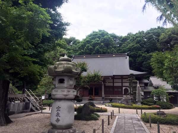 日野宝泉寺の本堂