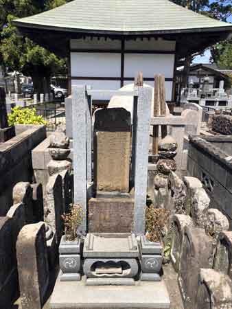 観音堂裏手の土方歳三の古い墓石