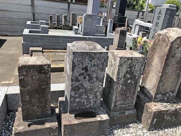 土方歳三の御両親の墓(左から3基目)