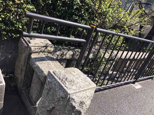 富士見ビルの隣に残る池尻橋の欄干