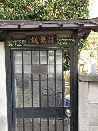 墓地の入口(普段は閉鎖)