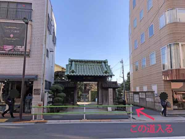 沖田総司の墓を塀の外から見る