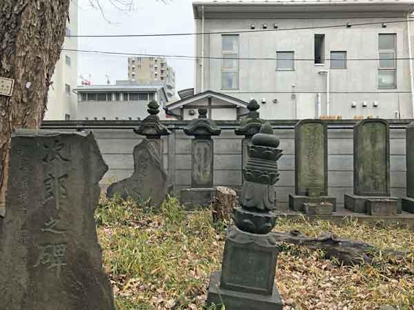 彰義隊応接掛・土肥庄次郎の碑(左手前の折れたもの)