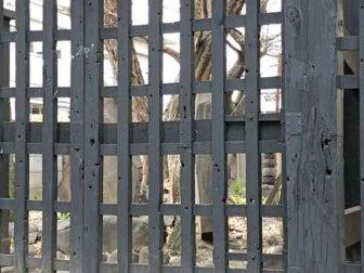 上野戦争の銃弾痕が残る寛永寺の黒門(円通寺に移築されたもの)