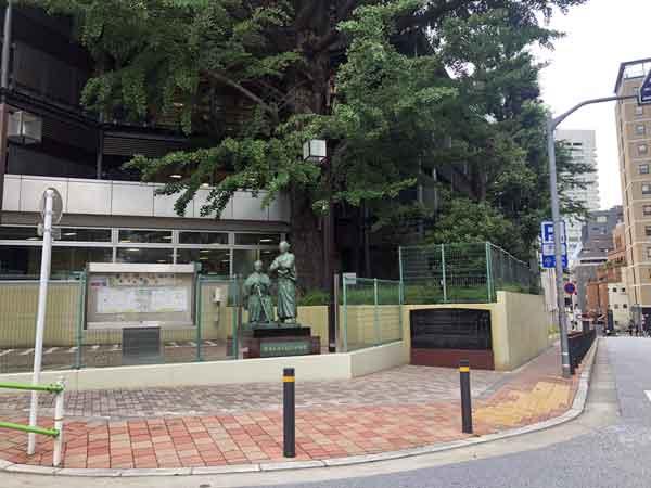 銅像の背後に明治当時からの大銀杏