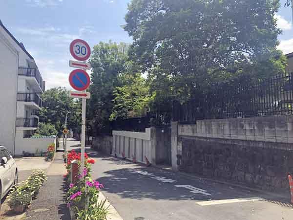 会津藩下屋敷付近から隣の伊予松山藩中屋敷跡を眺める