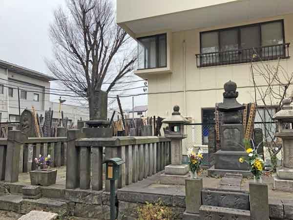 左が「死節之墓」、右が彰義隊の墓