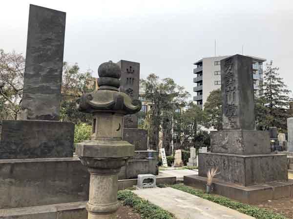 山川浩の墓(右側)