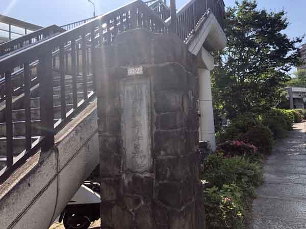 護国寺共葬墓地入口(歩道橋のたもと)