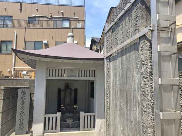 橋本左内の墓と碑