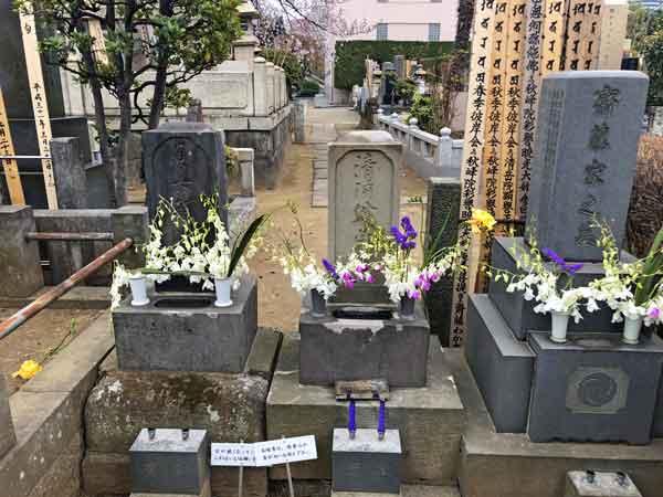 中央が清河八郎、左が妻・貞女阿連の墓
