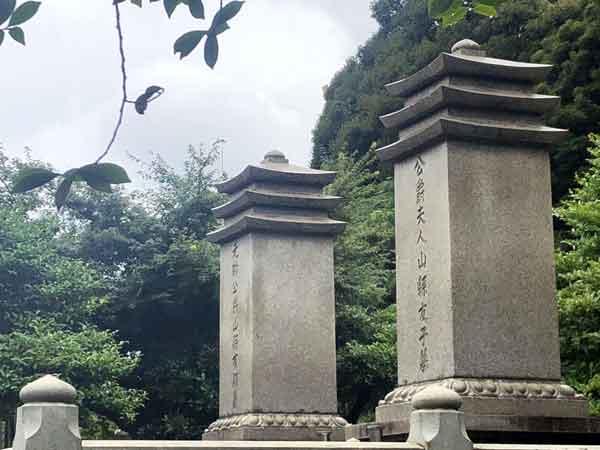 山縣有朋と夫人の墓